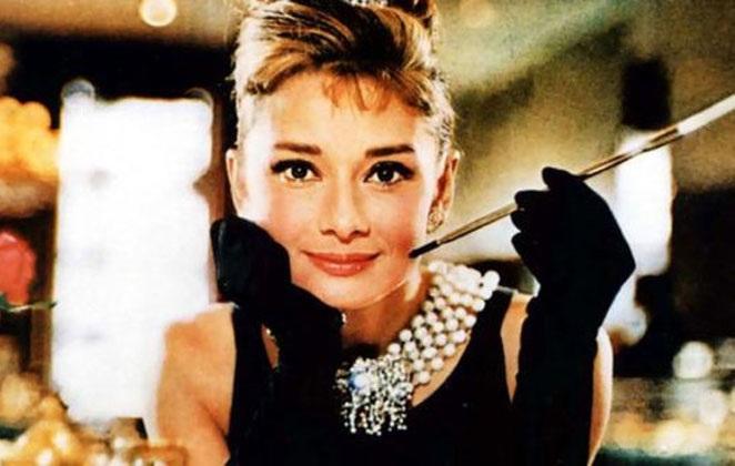 d082c9acef9a ... στον αντίποδα της πληθωρικότητας της Marilyn και της Taylor δημιούργησε  ακόμα μια «σχολή» ομορφιάς και κομψότητας την δεκαετία του '60, ...