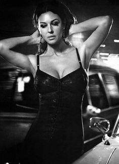 545e7b1a42b5 Το απόλυτο θηλυκό των 90s, η πληθωρική Monica Belucci συνδύασε το  μεσογειακό ταπεραμέντο της Σοφία Λώρεν με τα έντονα χαρακτηριστικά τις  Elizabeth Taylor ...