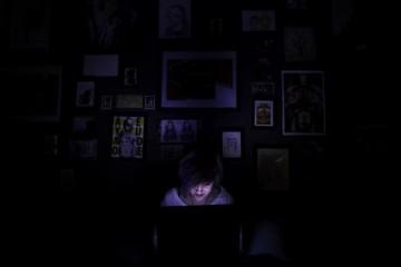 computer-blue-light-at-night-in-dark-room