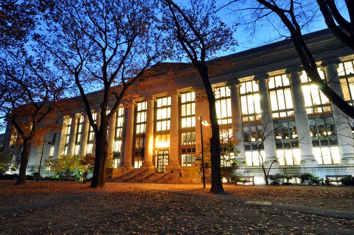 Harvard_Law_School_Library_in_Langdell_Hall_at_night