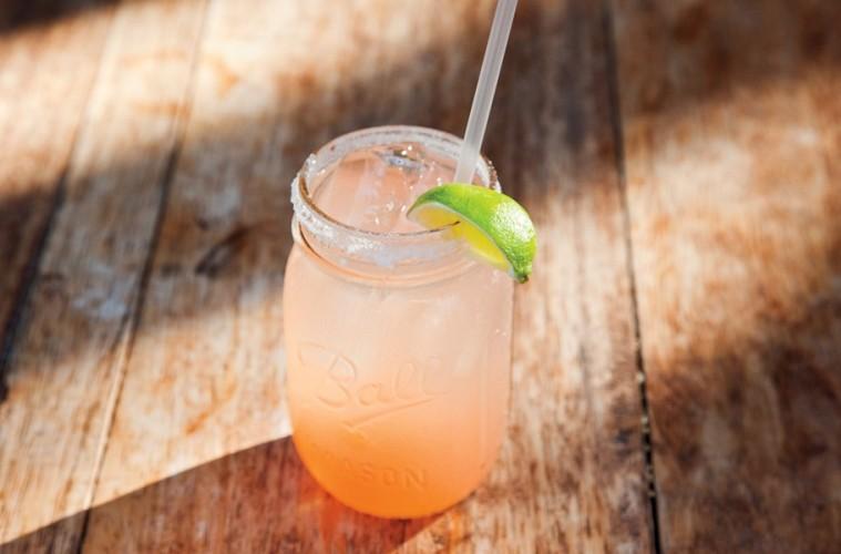 Πώς να κάνεις το υπέρτατο κοκτέιλ τεκίλας Grapefruit-Margarita ... e46565e3a26