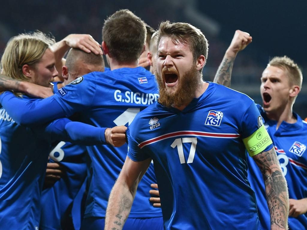 Fussball International EM 2016-Qualifikation Gruppe A in Pilsen 16.11.2014 Tschechien - Island JUBEL Island; Aron Gunnarsson (re) mit Team nach dem Tor zum 0-1 PUBLICATIONxNOTxINxAUTxSUIxITA Football International euro 2016 Qualification Group A in Pilsen 16 11 2014 The Czech Republic Iceland cheering Iceland Aron Gunnarsson right with team After the goal to 0 1 PUBLICATIONxNOTxINxAUTxSUIxITA