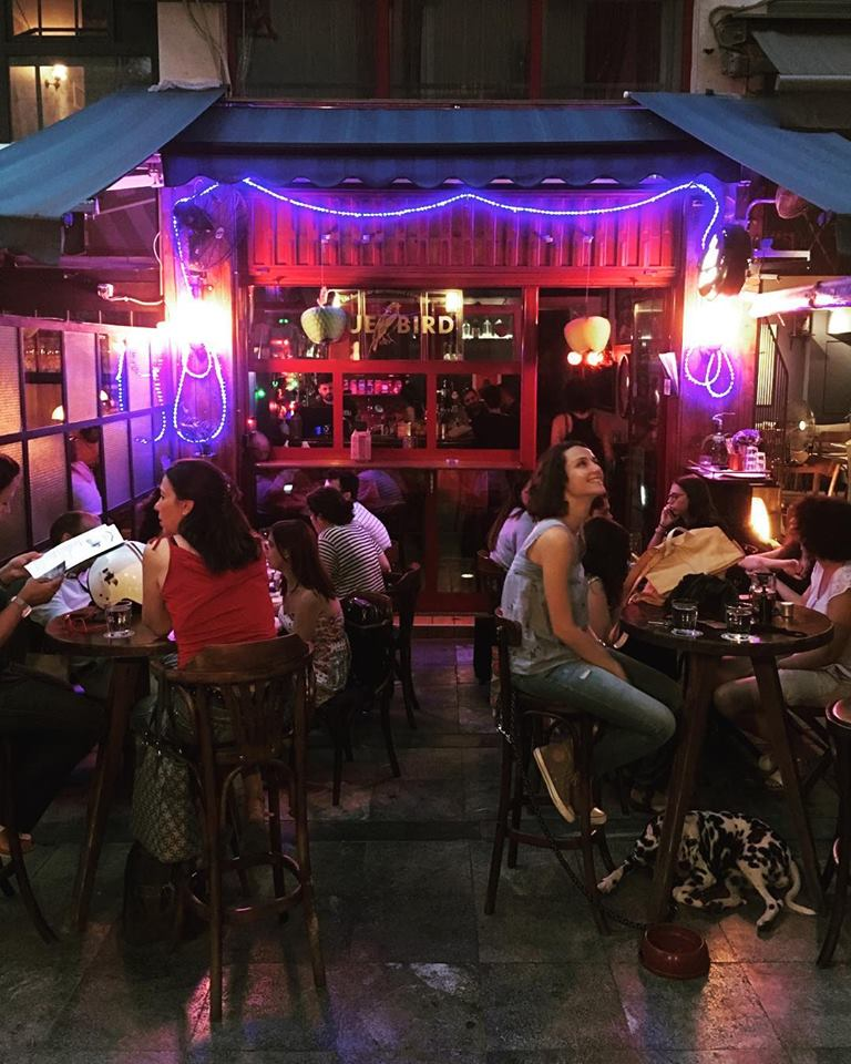 3c761640efe8 7 μπαρ με φθηνά κοκτέιλ στην Αθήνα που πρέπει να εξερευνήσεις ...