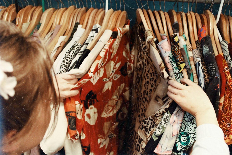 Σε πολλές περιπτώσεις τα ρούχα είναι χωρισμένα ανά τύπο ρούχου(παντελόνια 1ceecadc43a