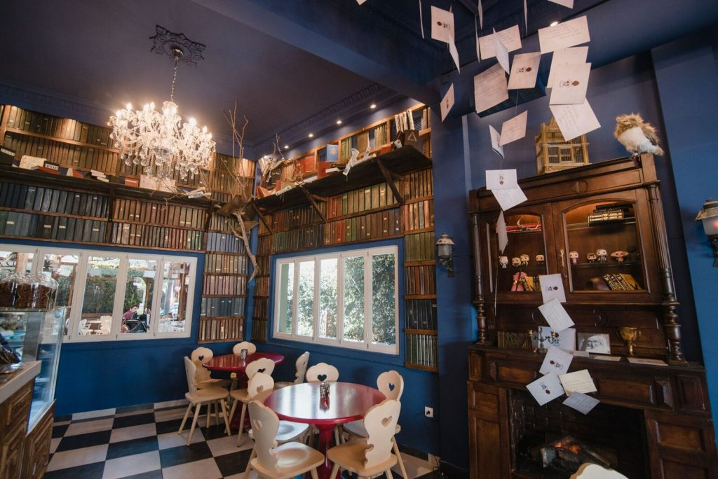 5+1 θεματικά καφέ στην Αθήνα που αξίζει να επισκεφτείς!